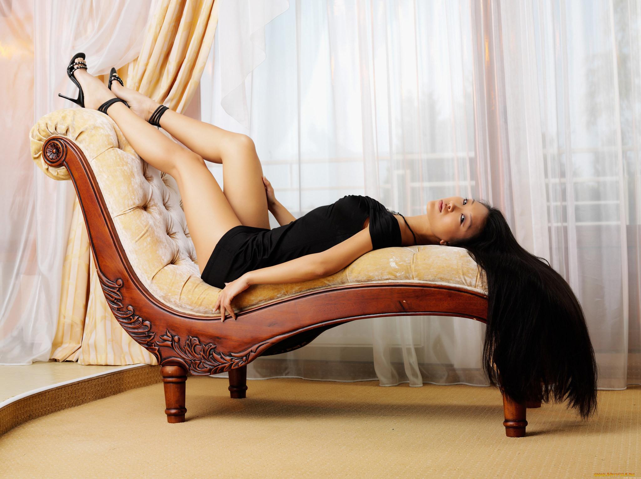 Фото девушек сзади на стуле 16 фотография